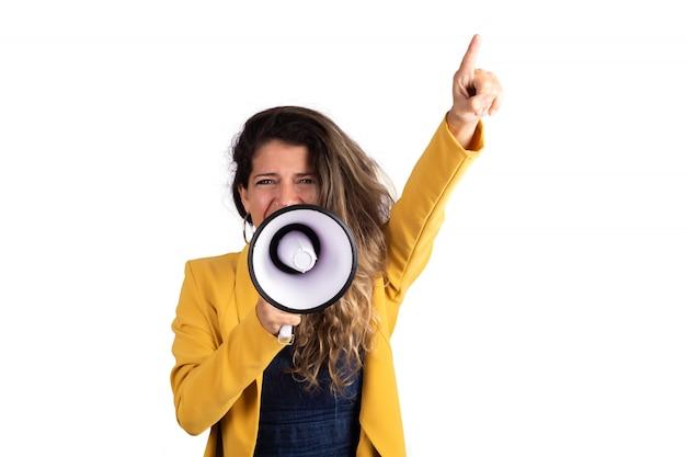 メガホンで叫んでいる女性。 無料写真