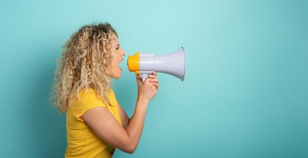 Женщина кричит с громкоговорителем Premium Фотографии