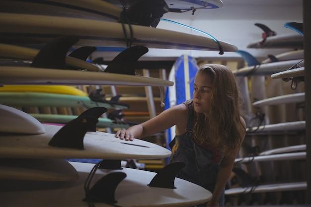 サーフボードを選ぶ女性 無料写真