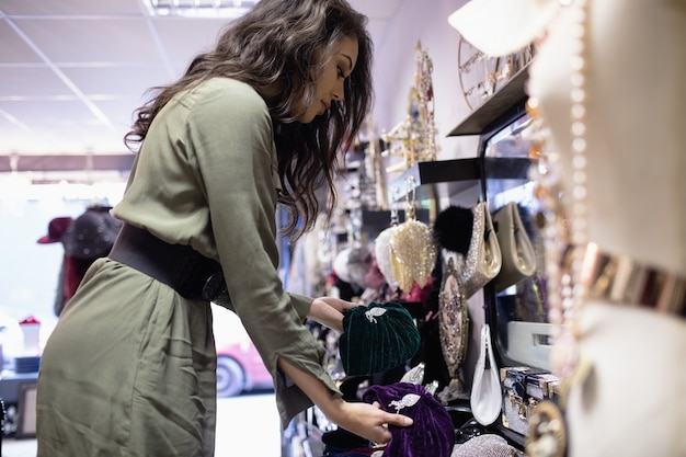 Женщина, выбирающая аксессуары в разделе ювелирных изделий Бесплатные Фотографии