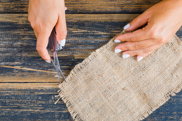 袋の部分を形作る女性 無料写真