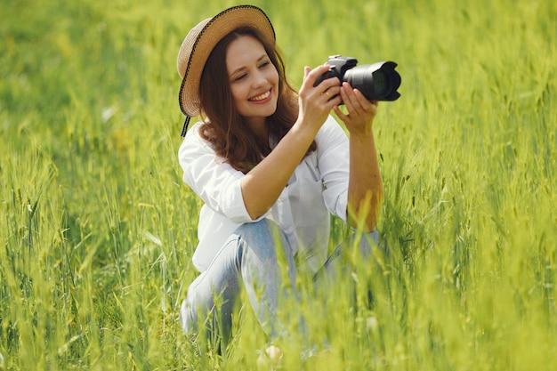 Стрельба женщины в поле лета Бесплатные Фотографии
