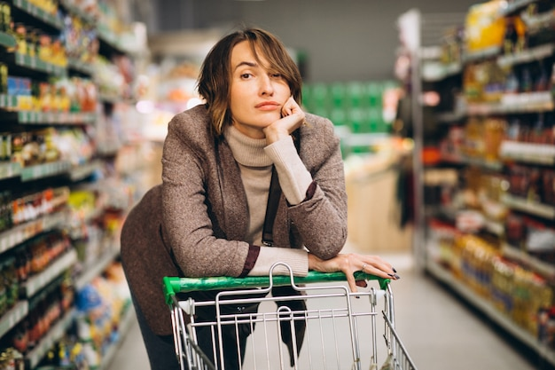 Woman shopping at the grocery store Free Photo