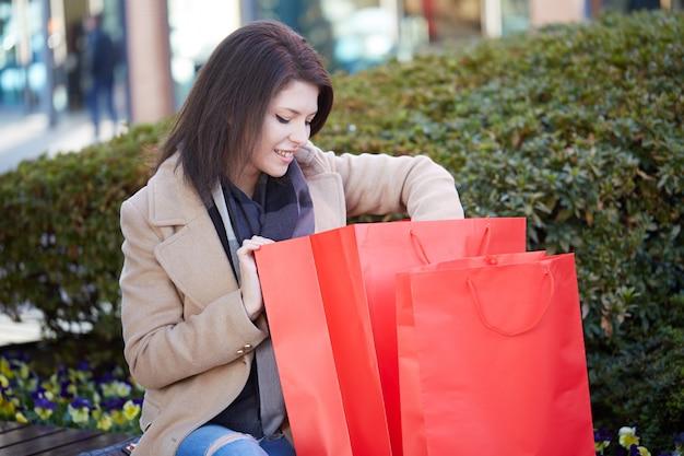 Woman shopping at mall Premium Photo
