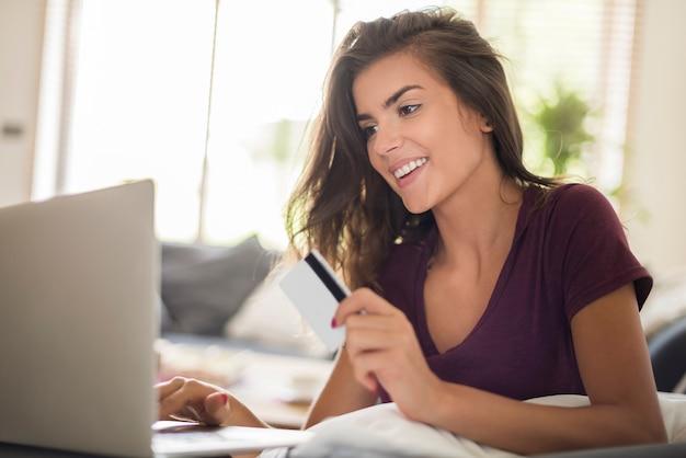 Acquisto in linea della donna con il computer portatile. fare acquisti online è molto più facile e veloce Foto Gratuite