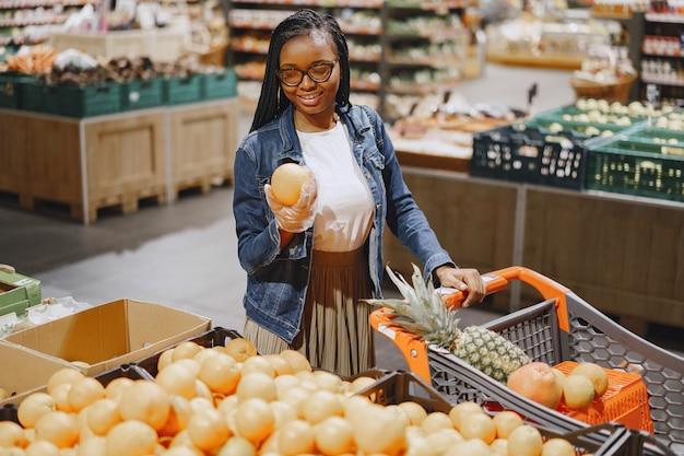スーパーで野菜を買い物に女性 無料写真