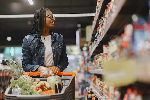 Женщина, делающая покупки овощей в супермаркете Бесплатные Фотографии