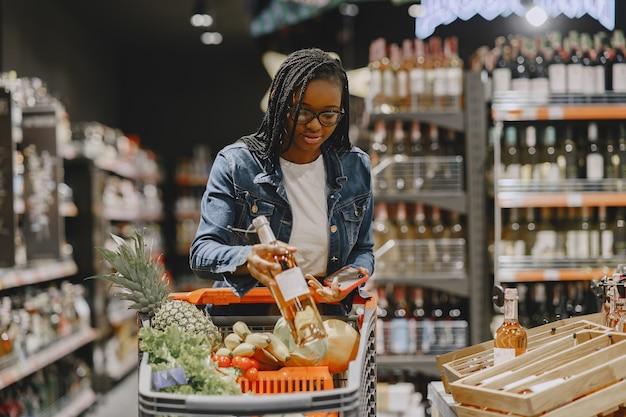 슈퍼마켓에서 야채를 쇼핑하는 여자 무료 사진