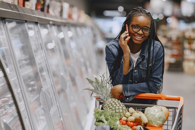 Woman shopping vegetables at the supermarket Free Photo