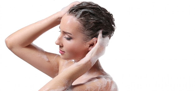 Donna che fa la doccia con sapone sul corpo e sulla testa. concetto di igiene e cura della pelle Foto Gratuite