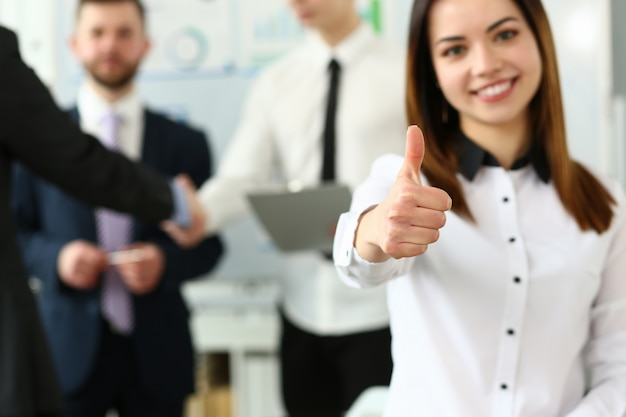 オフィスでの会議中に確認記号を示す女性 Premium写真