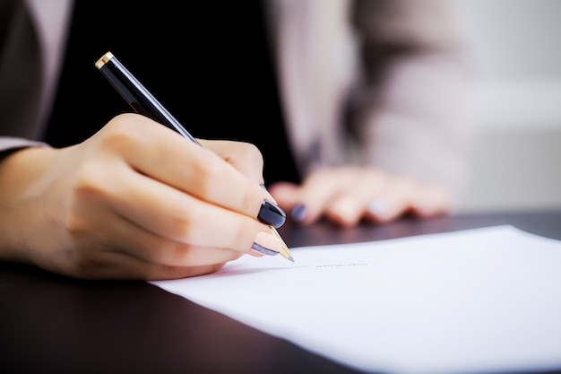 Woman signant a car purchase contract Premium Photo