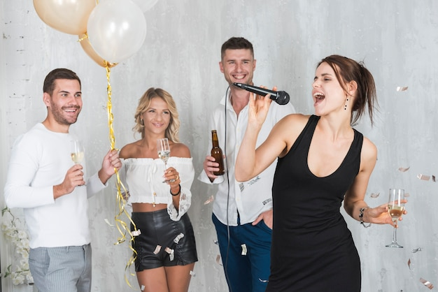 Woman singing on party Free Photo