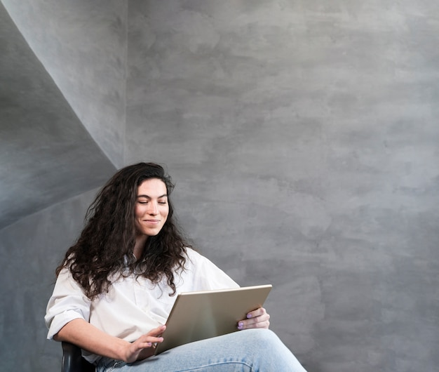 Woman sitting and looking at the laptop Free Photo