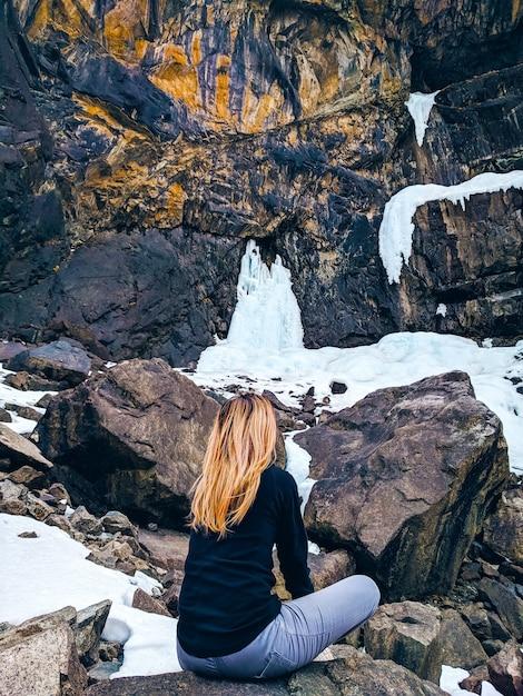 Woman sitting on the rock mountain. Premium Photo