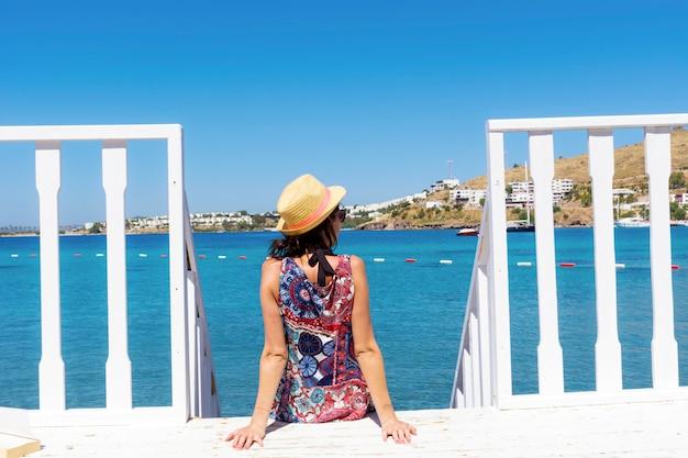 Donna seduta sulle scale di legno Foto Gratuite