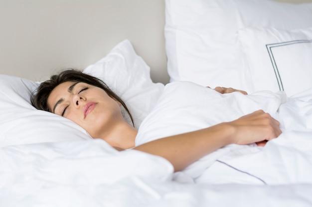 深く眠っている女 無料写真