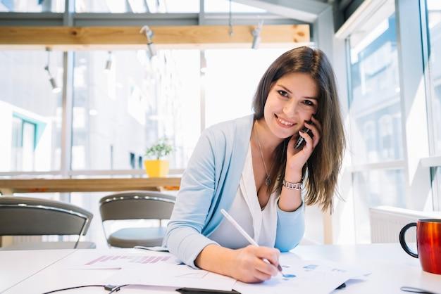 Девушка на работе разговаривает по телефону работа в уфе для девушек в сфере досуга