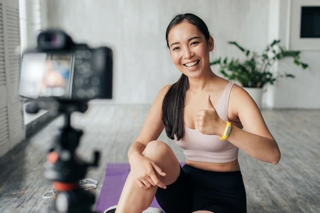 Donna in vlogging di abbigliamento sportivo Foto Gratuite