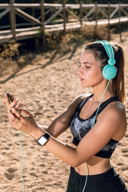 Woman in sportswear with smartwatch mock-up Free Photo