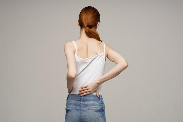 Женщина, стоящая при сколиозе массаж спины Premium Фотографии