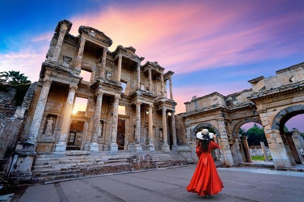 トルコ、イズミルのエフェソス古代都市のケルスス図書館に立っている女性。 無料写真