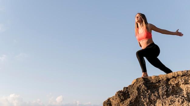 Женщина, стоящая на берегу с копией пространства Бесплатные Фотографии