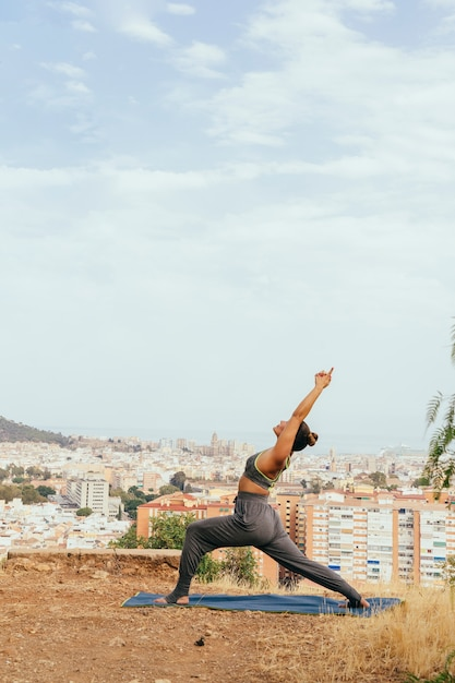 ヨガを伸ばして練習している女性 無料写真