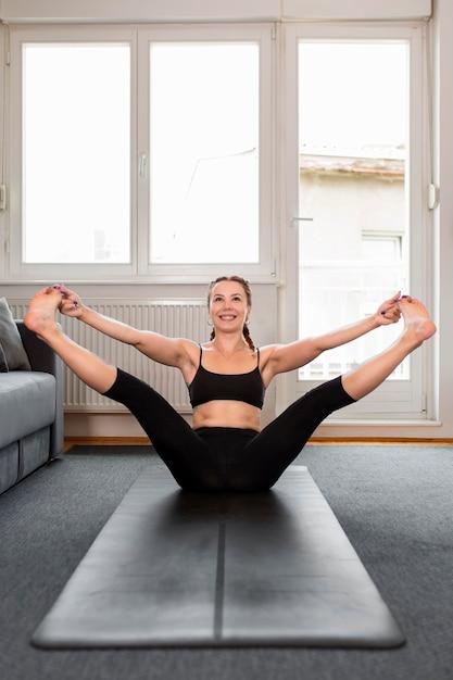 그녀의 다리를 기지개하는 여자 무료 사진