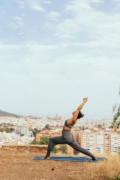 Donna che si estende e pratica yoga Foto Gratuite