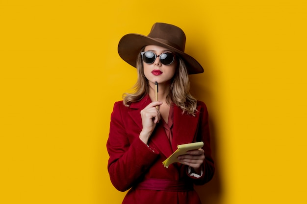 Woman in sunglasses with notebook and pen Premium Photo
