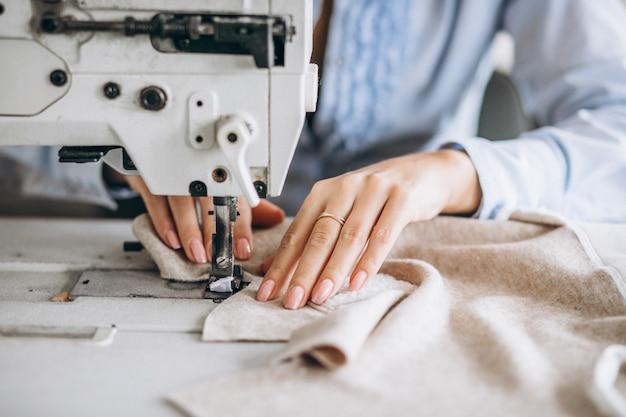 Женщина портной работает на швейной фабрике Бесплатные Фотографии