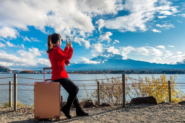 女性が富士山で写真を撮ります。日本の秋。旅行のコンセプト。 無料写真