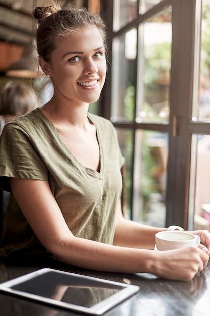 커피를 복용하는 여자 무료 사진