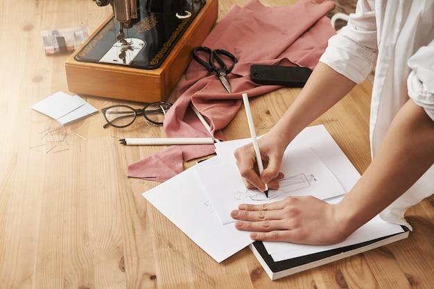 Женщина делает заметки на ноутбуке Бесплатные Фотографии