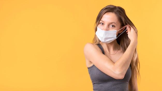 Женщина снимает маску для лица с копией пространства Бесплатные Фотографии