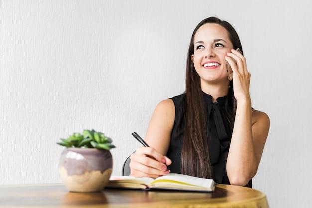 白い背景を持つ電話で話している女性 無料写真
