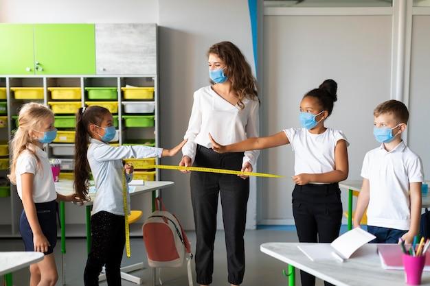 Donna che insegna prevenzione covid ai bambini Foto Gratuite