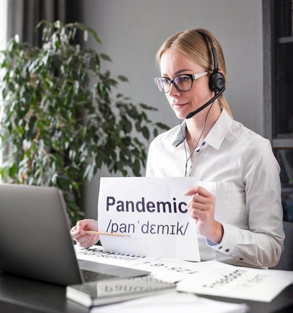 Donna che insegna ai suoi studenti sulla pandemia Foto Gratuite