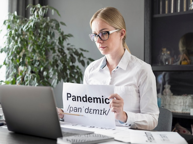 オンラインでパンデミックの定義を生徒に教える女性 無料写真