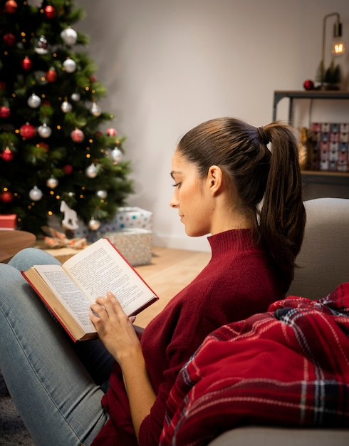 Woman that is reading a book Free Photo