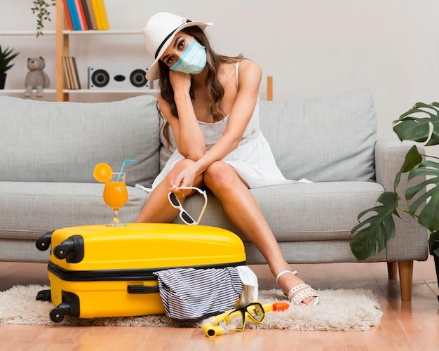 医療マスクを着用しながら彼女の延期された休日について考える女 無料写真