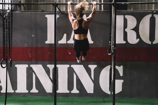 Woman training bar 23 2147675204