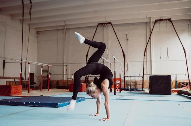 Тренировка женщины для олимпийских игр по гимнастике Бесплатные Фотографии
