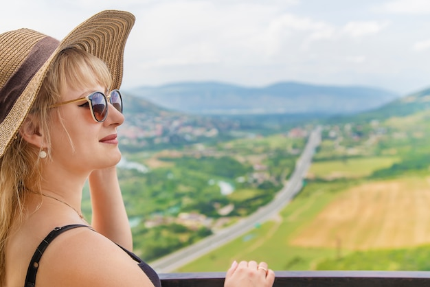 Woman traveler on the background of the attractions of georgia Premium Photo