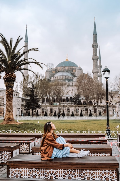 Woman traveling in istanbul blue mosque, turkey Premium Photo