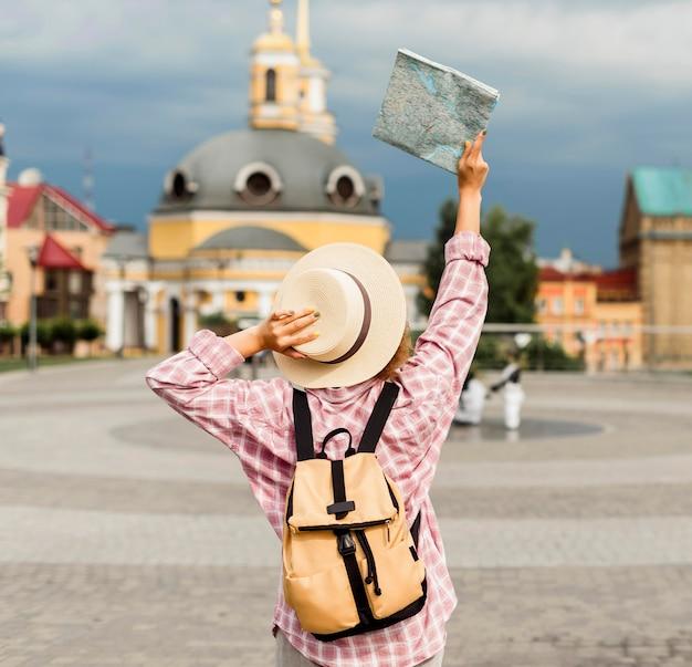 Женщина едет в новое место Premium Фотографии