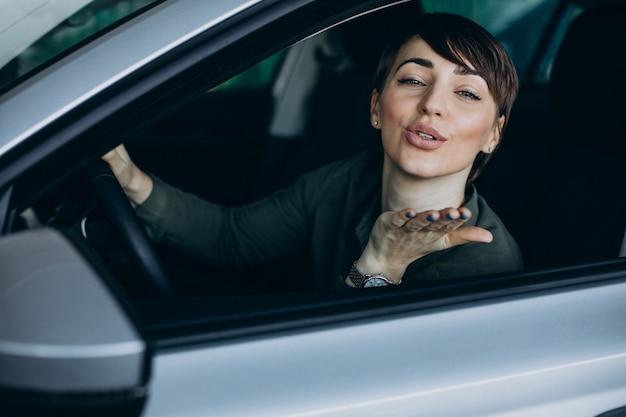 Donna che viaggia in macchina Foto Gratuite