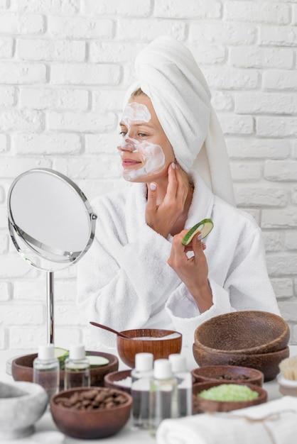 Donna che prova il rimedio casalingo del fronte Foto Gratuite