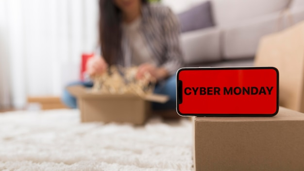 Donna che unboxing il suo pacchetto cyber lunedì Foto Gratuite